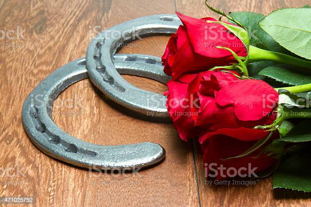 Kentucky derby red roses with horseshoes on wood picture id471025752?b=1&k=6&m=471025752&s=612x612&h=glgmqddtzohti2kl49jczlaz40ads3pdchtiolubc k=