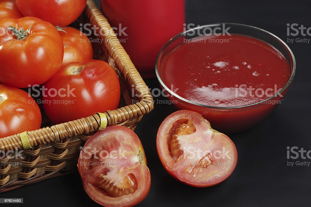Ketchup and sliced tomato royaltyfri bildbanksbilder