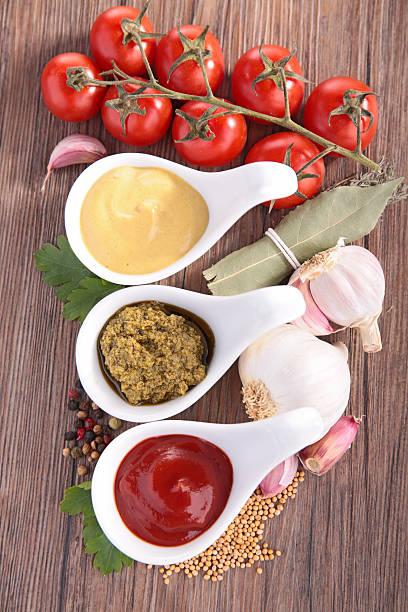 ketchup und mayonnaise und pesto - sauce bernaise stock-fotos und bilder