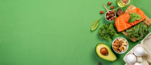 keto 飲食概念-三文魚, 鱷梨, 雞蛋, 堅果和種子 - 健康飲食 個照片及圖片檔