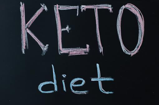 Ketogenic 다이어트 개념입니다 텍스트가 Keto 다이어트 보드 분필 건강 한 먹는 고 슬리밍 영양 0명에 대한 스톡 사진 및 기타 이미지