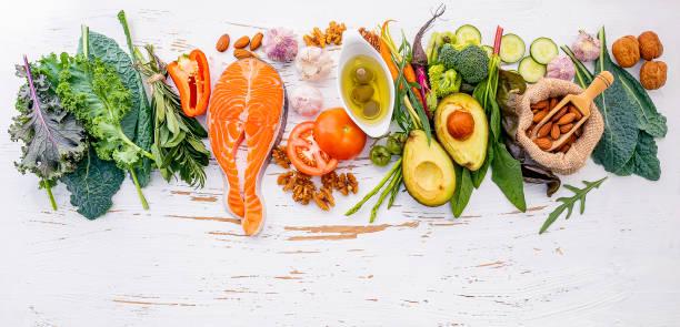 Ketogene Low Carbs Diät Konzept. Zutaten für gesunde Lebensmittel Auswahl auf weißem Holzhintergrund. Ausgewogene gesunde Inhaltsstoffe von ungesättigten Fetten für Herz und Blutgefäße. – Foto