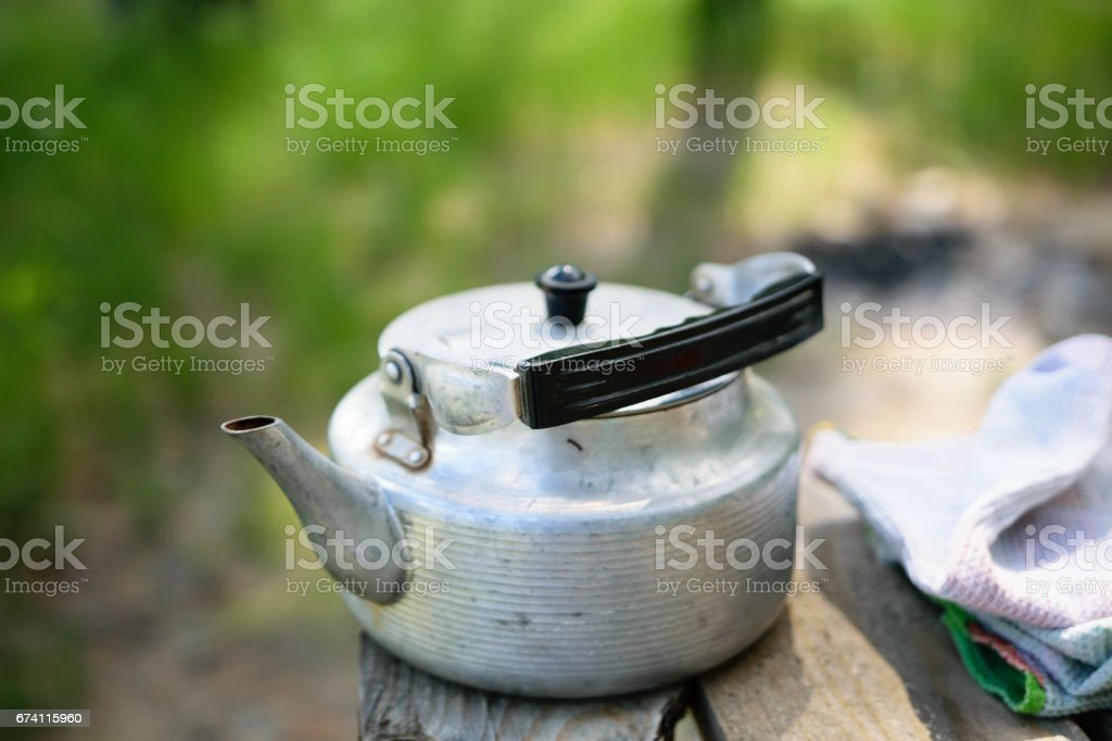 在一張木桌上的水壺 免版稅 stock photo