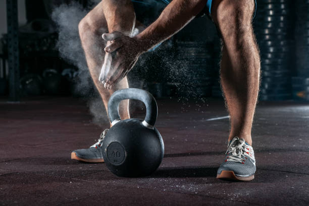 Kettlebell Training im Fitness-Studio. Sportler dabei Training – Foto