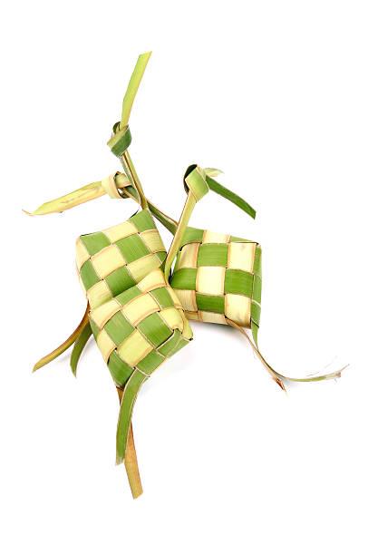 Ketupat (reisklöschen) auf weißem Hintergrund – Foto