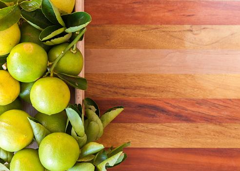 Key Lime Or Mexican Lime In A Wooden Box On Floor One Of Main Ingredient Thai Food And Traditional Pie Horizontal - zdjęcia stockowe i więcej obrazów Azja