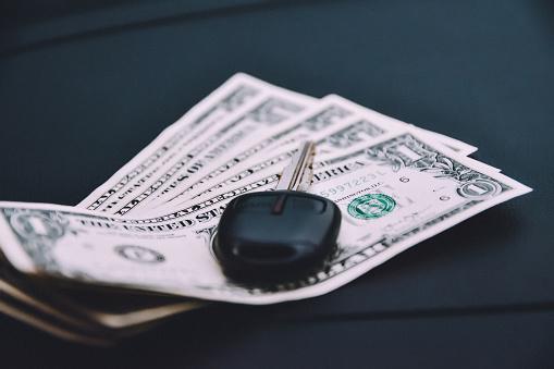 Sleutel Van De Auto Op Weg En Dollar Geld Stockfoto en meer beelden van Afgelegen