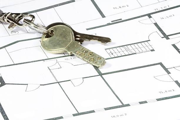schlüssel in einer papier-plan - herrenhaus grundrisse stock-fotos und bilder