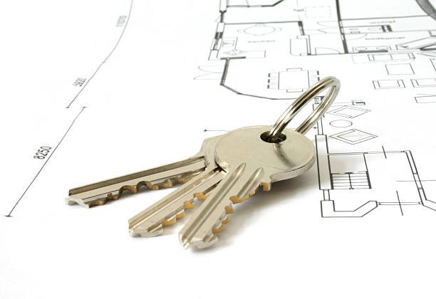 schlüssel auf eine architektur-plan - herrenhaus grundrisse stock-fotos und bilder