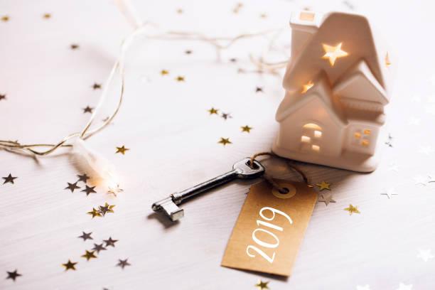 schlüssel zum jahr 2019 - frohes neues jahr stock-fotos und bilder
