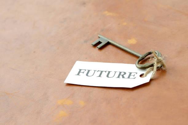 schlüssel mit zukünftigen buchstaben-tag - zukunftswünsche stock-fotos und bilder