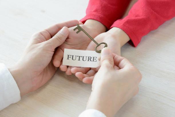 schlüssel mit zukünftigen tag gegeben von den eltern auf das kind - zukunftswünsche stock-fotos und bilder