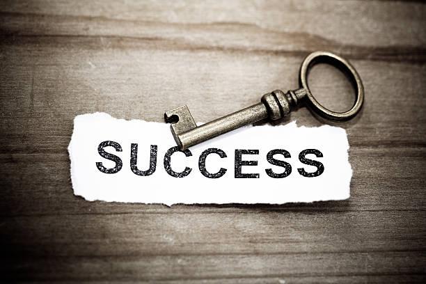 Schlüssel mit Erfolg geschrieben auf Papier – Foto