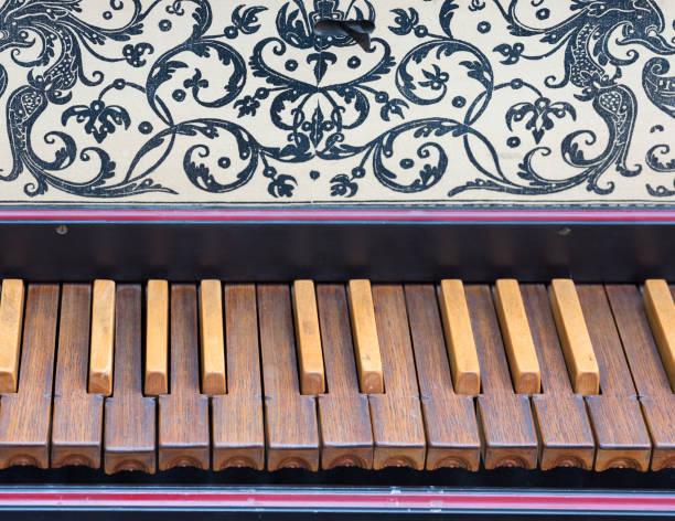 tastatur des alten cembalo mit braunen schlüssel - schlüssel dekorationen stock-fotos und bilder