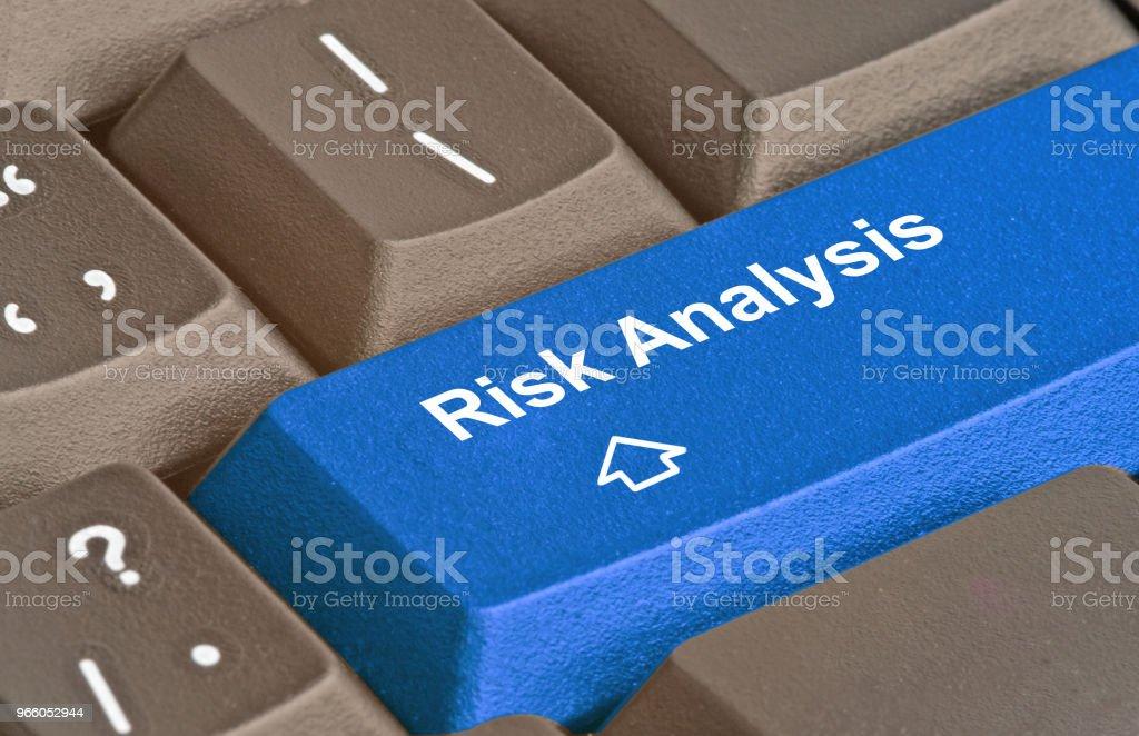 Tangentbord med nyckel för riskanalys - Royaltyfri Affärsstrategi Bildbanksbilder