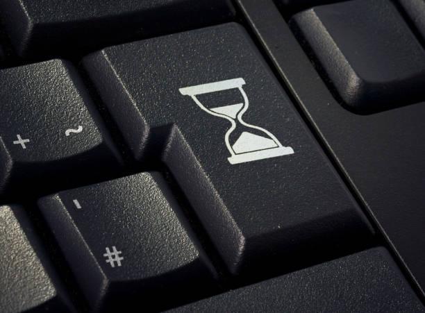 toetsenbord met return-toets in de vorm van een zandloper. (serie) - zandloper icoon stockfoto's en -beelden