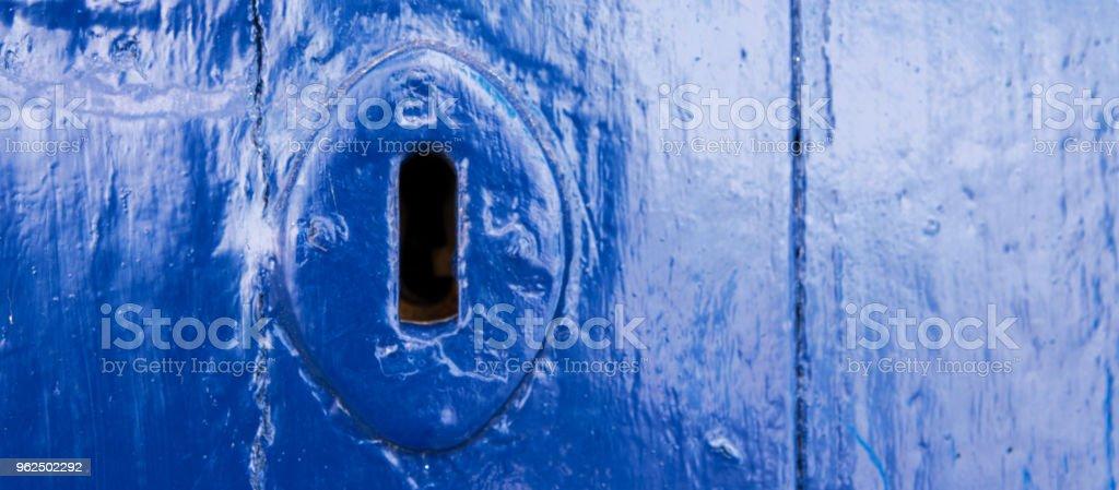 buraco da fechadura de uma porta velha com uma textura interessante, um remanescente de um antigo segurança de entrada - Foto de stock de Aberto royalty-free