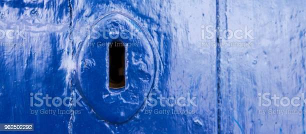 Foto de Buraco Da Fechadura De Uma Porta Velha Com Uma Textura Interessante Um Remanescente De Um Antigo Segurança De Entrada e mais fotos de stock de Aberto
