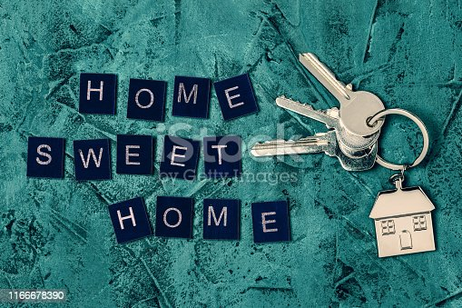 1135927471 istock photo Keys and house keyring / keychain with
