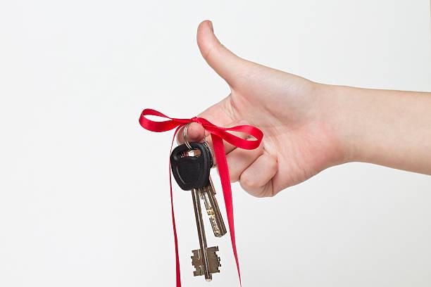 schlüssel mit haus ist das beste geschenk - türbänder stock-fotos und bilder