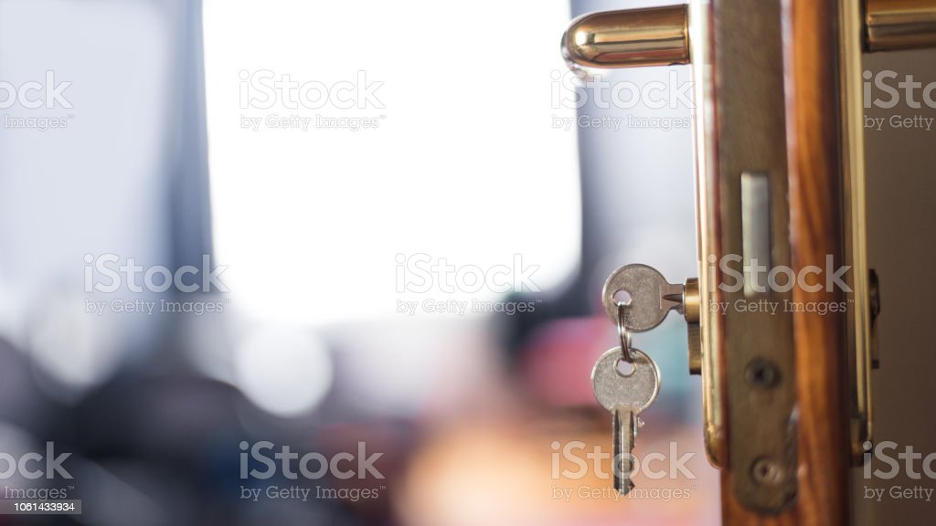 Llaves de habitaciones de hotel en la puerta - foto de stock