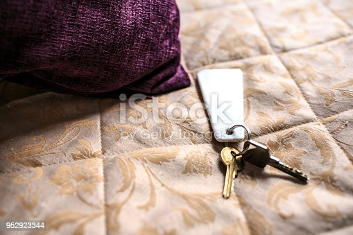 istock Keys on a hotel bed 952923344