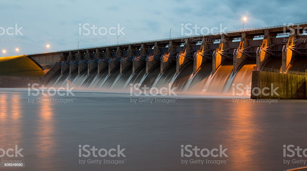 Keystone Dam at Twilight - foto de acervo