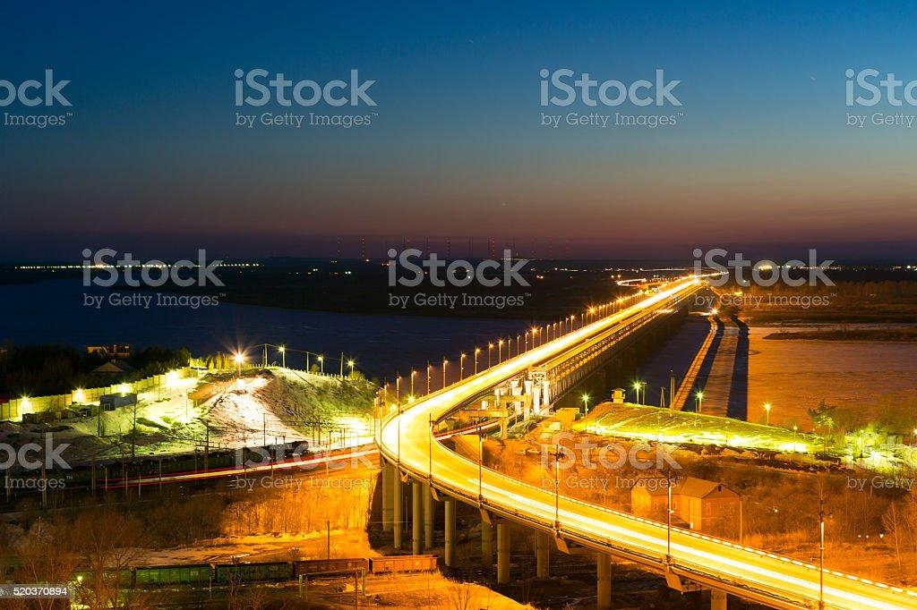 Chabarowsk-Brücke in der Nacht – Foto