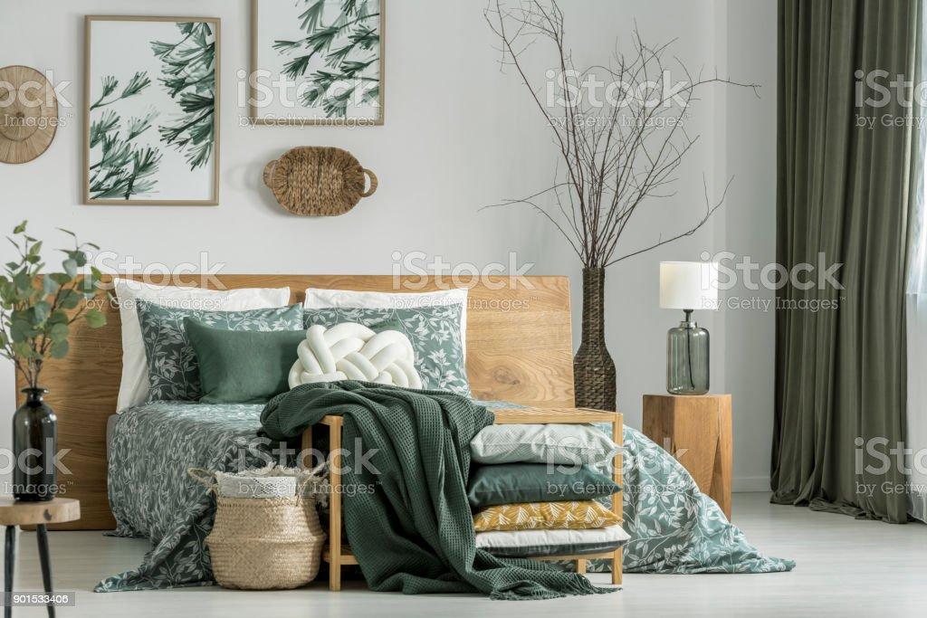 Kaki slaapkamer met houten meubels - Royalty-free Appartement Stockfoto