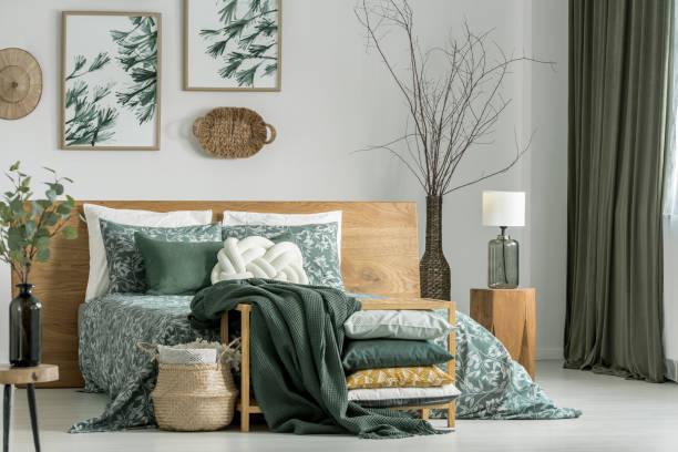 kaki slaapkamer met houten meubels - interior design stockfoto's en -beelden
