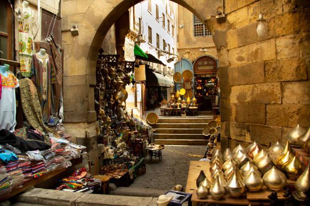 mercato di khan al-khalili, il cairo - bazar mercato foto e immagini stock