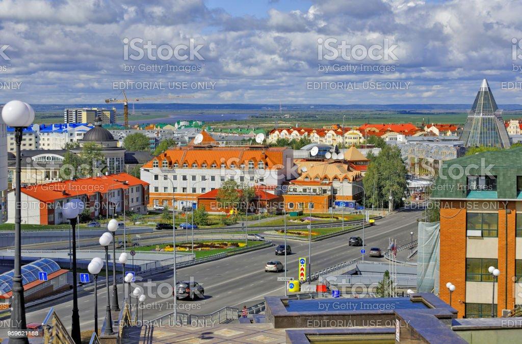 Khanty-Mansiysk, Russia.View de edificios en el centro de la ciudad, en el fondo - el espacio sin vida del río y taiga - Foto de stock de Aire libre libre de derechos