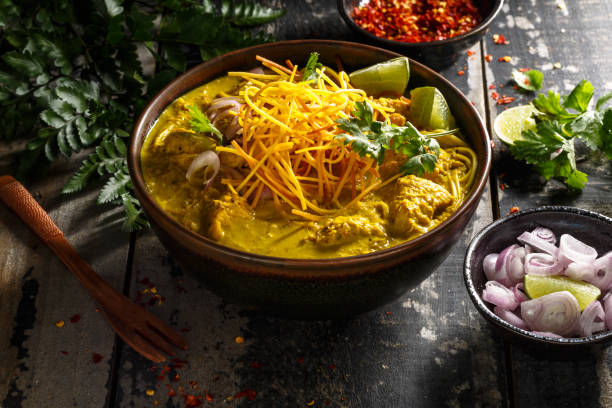 khao soi eieren noodles soep, thaise pittige soep - thai food stockfoto's en -beelden