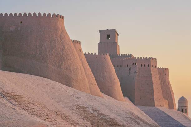 khiva oezbekistan zonsondergang over de oude stadsmuren van хива - karavanserai stockfoto's en -beelden