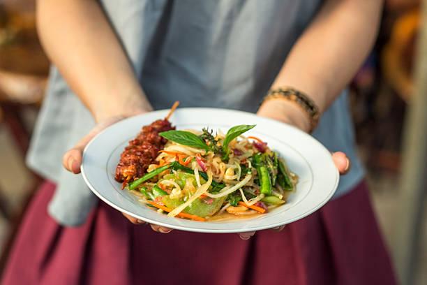 """khmer-grüner papaya-salat """" bok lahong"""" - ocimum tenuiflorum stock-fotos und bilder"""