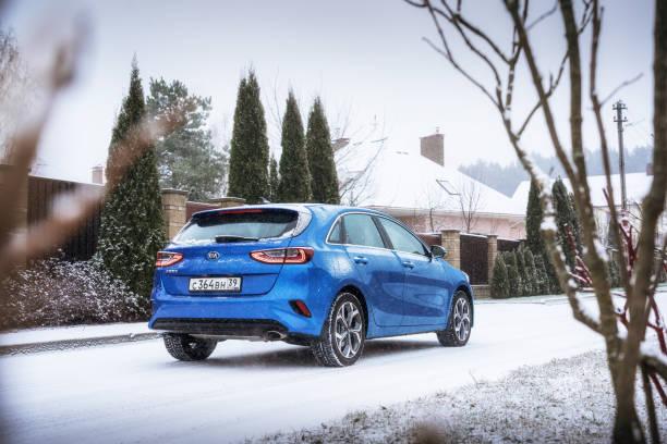kia ceed 2018, weil auf verschneiten landstraße - hecktürmodell stock-fotos und bilder