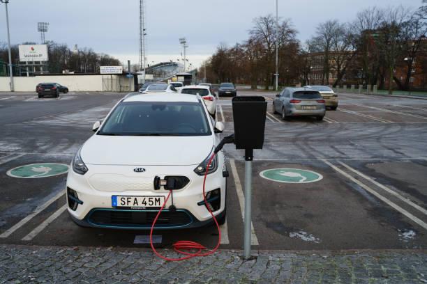 kia elbil parkerad på charing cross station på parkeringsplats i scandinavium - elbilar laddning sverige bildbanksfoton och bilder