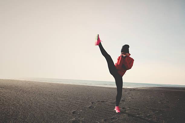 coup de pied boxe sur la plage - Photo