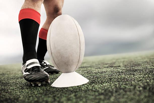 patadas pelota de rugby. - rugby fotografías e imágenes de stock