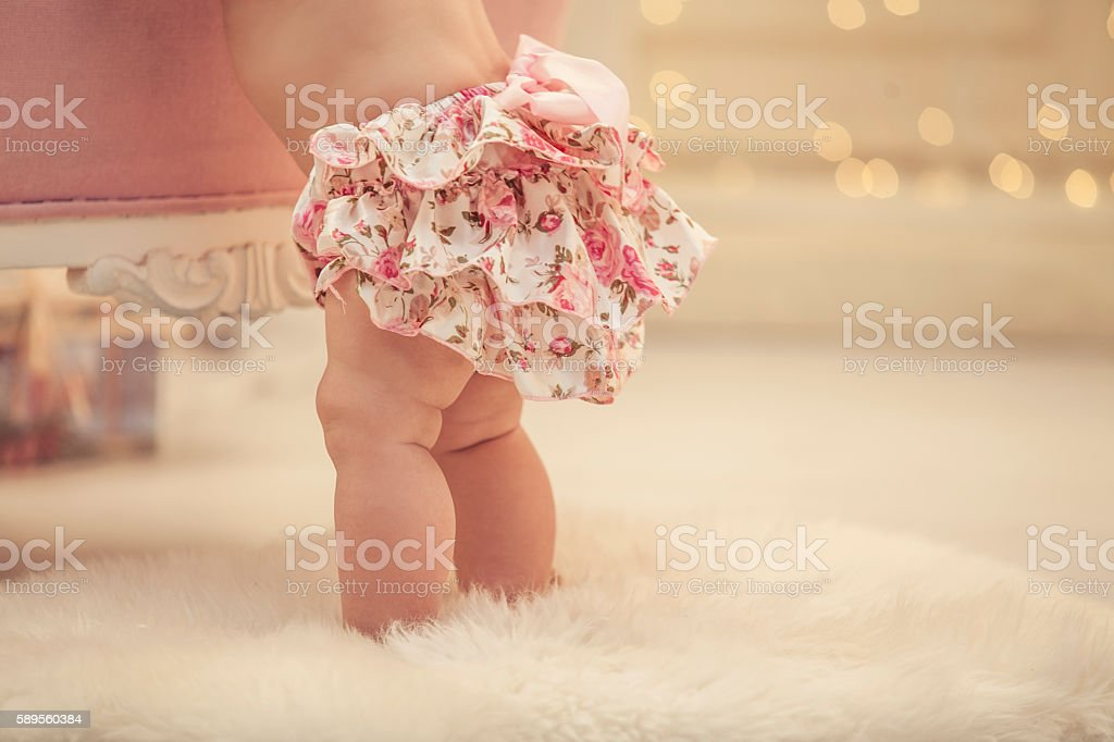 Kid baby girl in pink clothes and happy interior - foto de stock