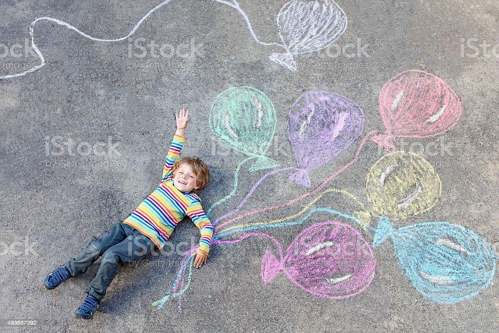 Kind junge Spaß mit bunten Ballons Zeichnung mit chalks - Lizenzfrei 2015 Stock-Foto