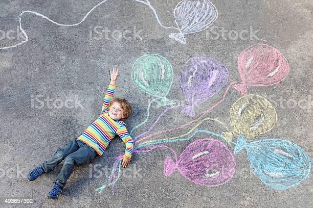 Kind Junge Spaß Mit Bunten Ballons Zeichnung Mit Chalks Stockfoto und mehr Bilder von 2015