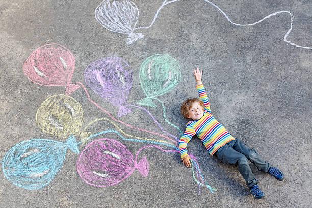 Cтоковое фото Ребенок мальчик весело с красочные Воздушные шарики на чертеж chalks