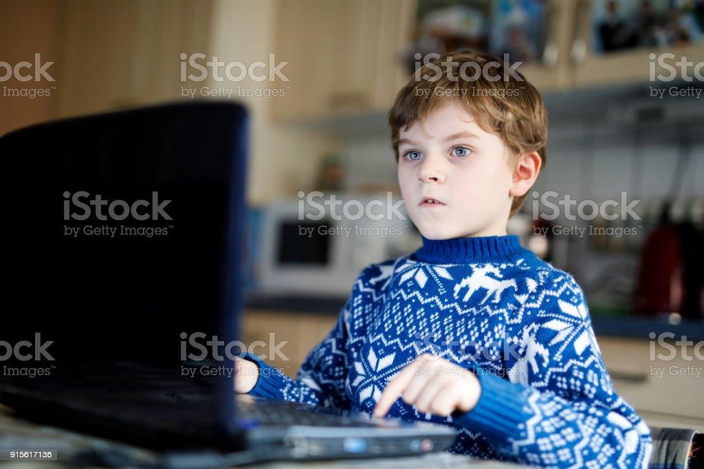 Kind Junge mit Brille machen Vorschule Hausaufgaben am computer – Foto