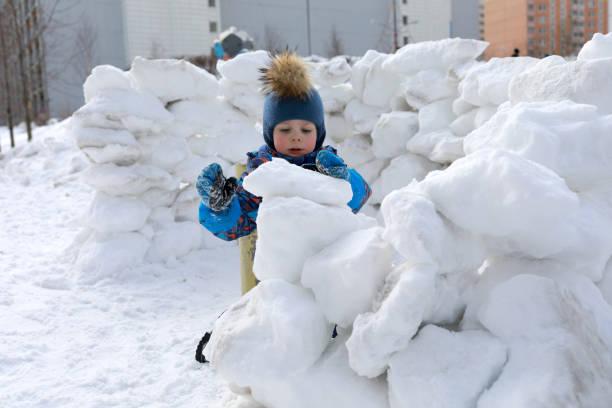 kid bygga snö fästning - fort bildbanksfoton och bilder