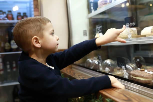 El niño elige el postre - foto de stock