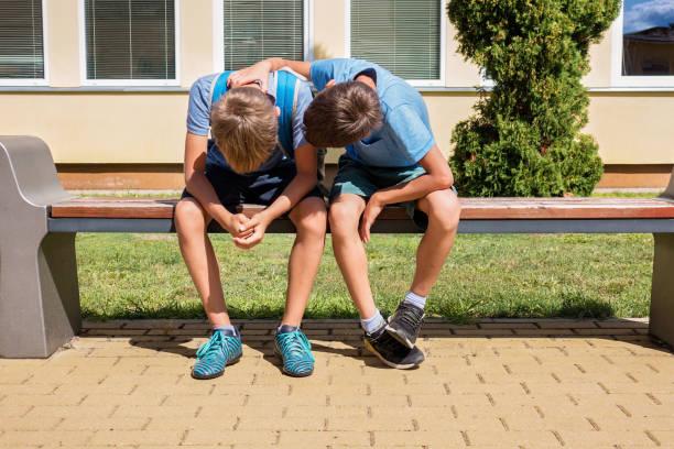 Kind trösten tröstlich verärgert traurigen Jungen in Schulhof – Foto
