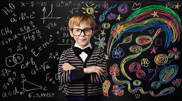 kid kreativität bildung konzept der schule kind lernen mathematik formel-art - kreide farbe schreibtisch stock-fotos und bilder
