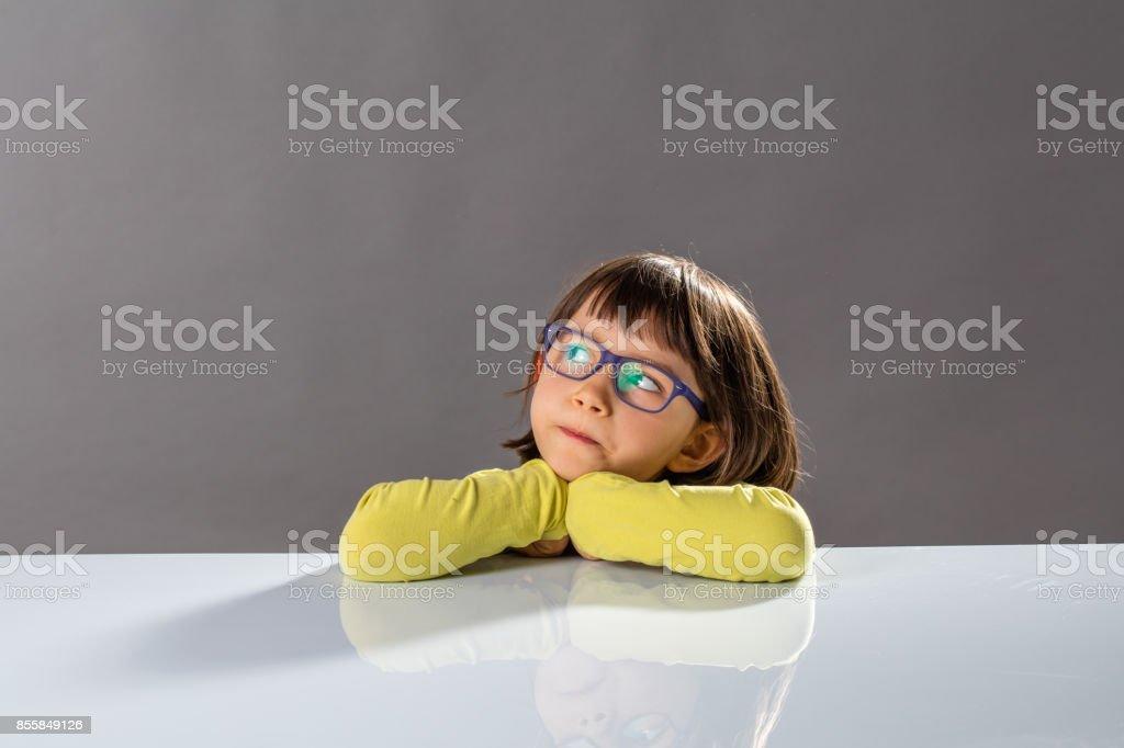 Kid kritisches Denken mit schweren kleinen Kinde und begabte Gedanken – Foto