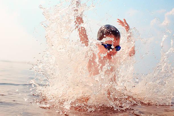 kid dives into the water - staw woda stojąca zdjęcia i obrazy z banku zdjęć